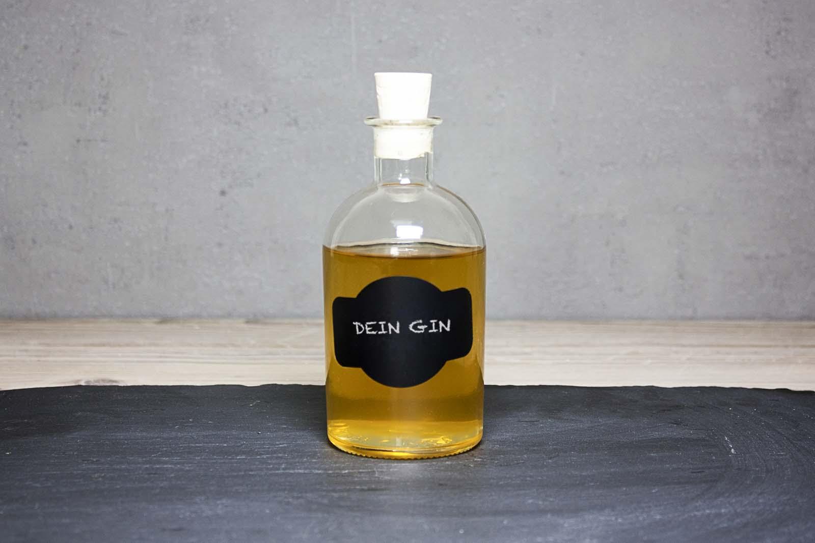 Gin selbst machen fertige Flasche abfüllen