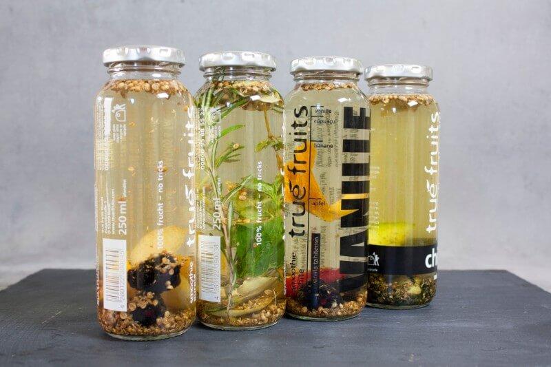 gin in flaschen mit botanicals